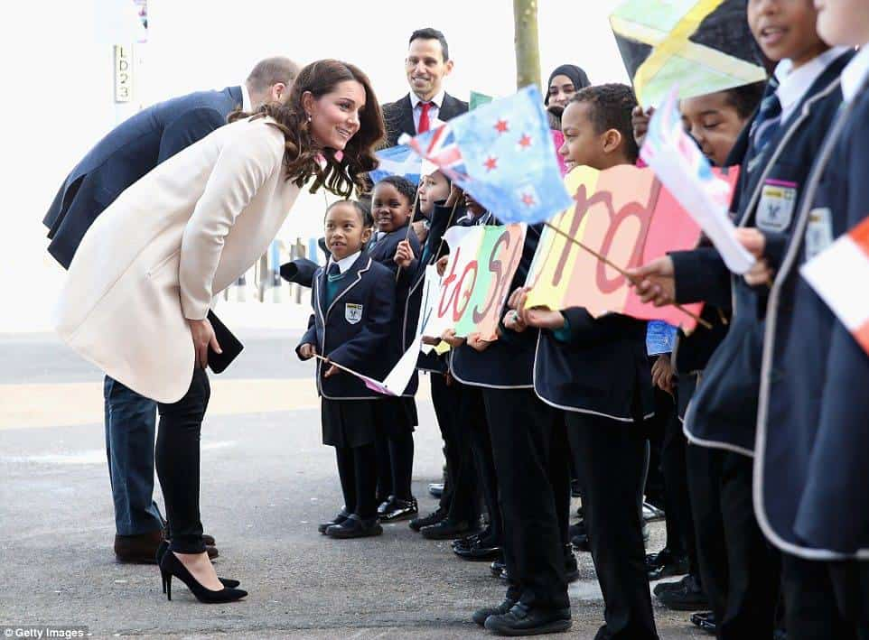 A duquesa Kate Middleton atendendo as crianças durante evento