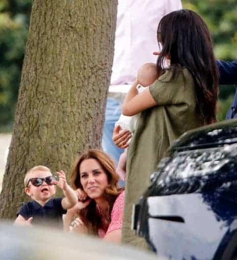 Príncipe Louis com Kate Middleton mostrando a língua para o priminho Archie no colo de Meghan Markle