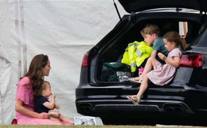 A duquesa Kate Middleton comendo lanches com os três filhos