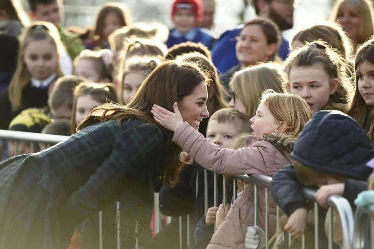 Duquesa Kate Middleton deixa menininha tocar em seus cabelos