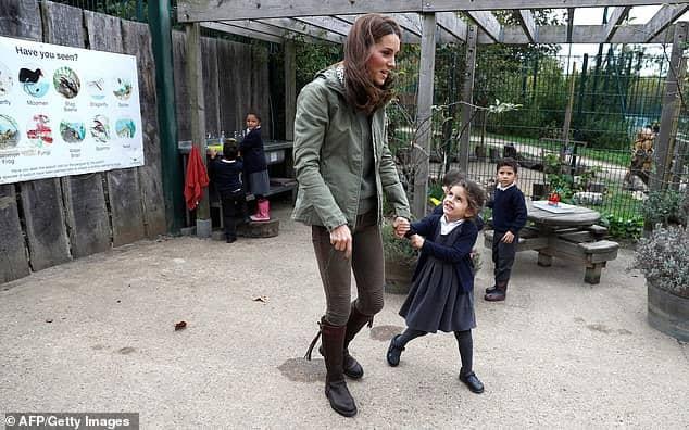 A menina Lanwe com a duquesa Kate Middleton