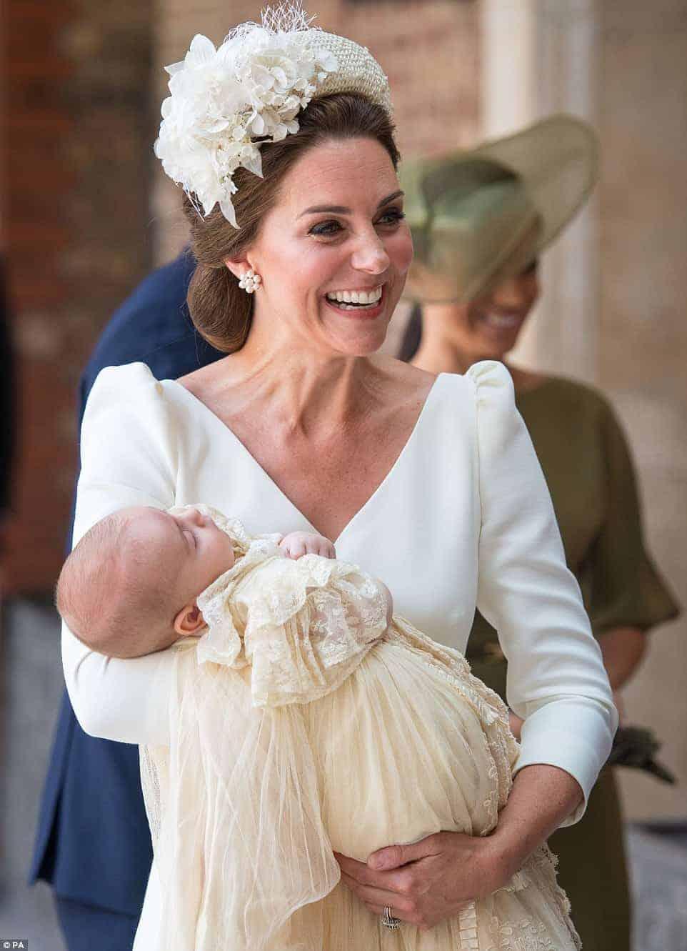 Príncipe Louis com Kate em seu batizado