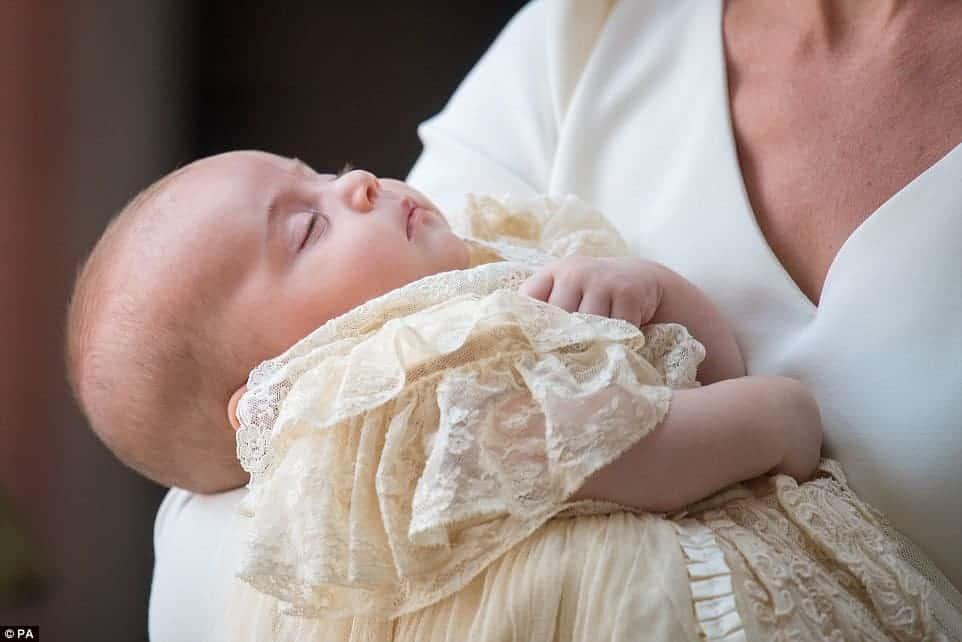 A duquesa Kate Middleton com Louis no colo, no batizado do pequeno