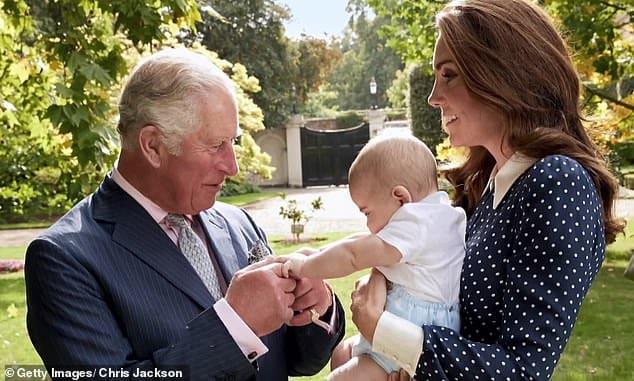 Várias fotos do príncipe Louis foram tiradas pela duquesa Kate Middleton