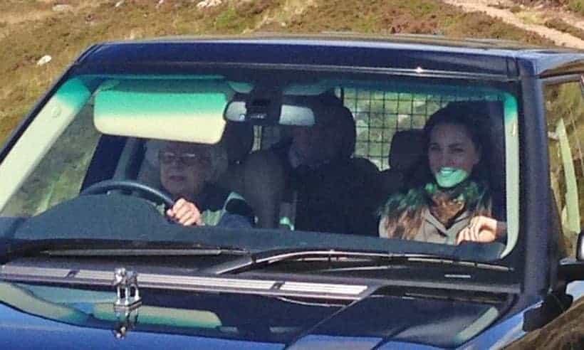 A rainha Elizabeth dirigindo o carro com a duquesa Kate Middleton