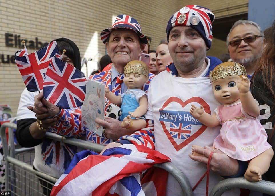 Enquanto o bebê real não chega o povo fica aguardando na frente do hospital
