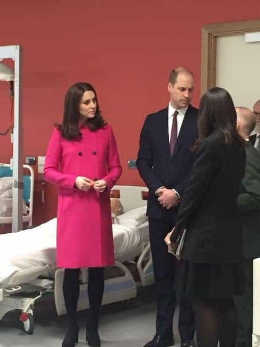 Kate Middleton aparece usando sobretudo bem caro