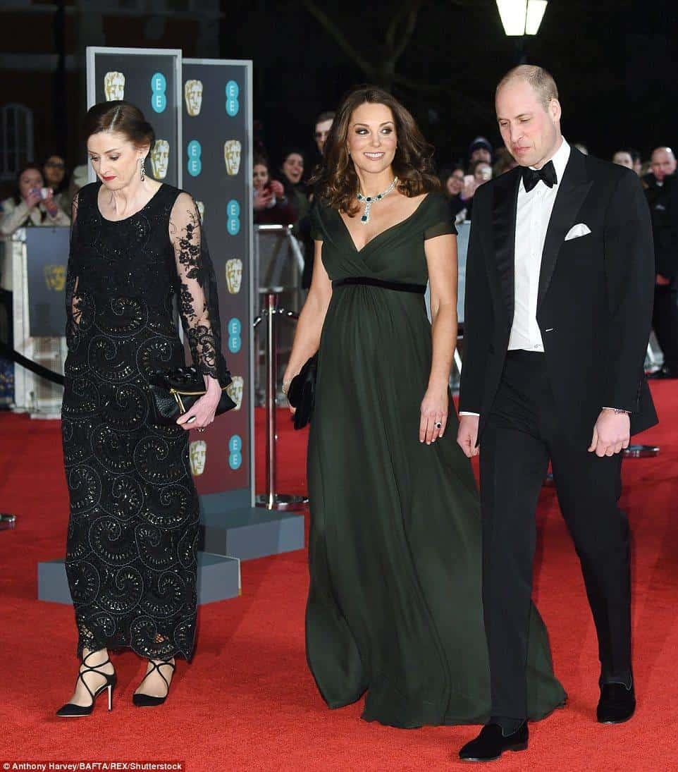 Kate Middleton usou um vestido verde escuro com uma faixa preta