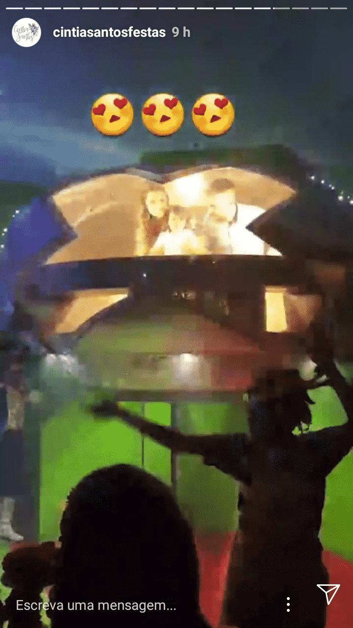 Dentro de uma nave o fofo Artur com seus pais