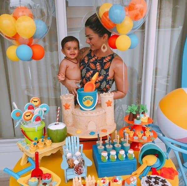 A cantora Kelly Key na festa de mêsversário do filho