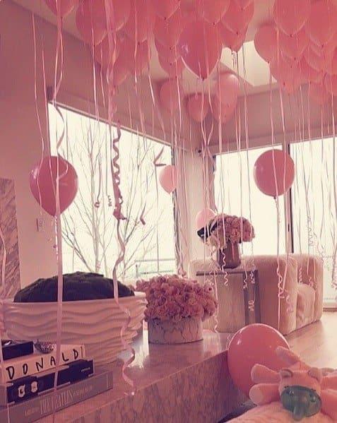 Khloé Kardashian em uma casa cheia de balões