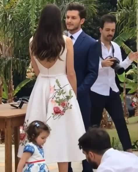 Durante o casamento dos atores Camila Queiroz e Klebber Toledo a daminha foi uma das estrelas