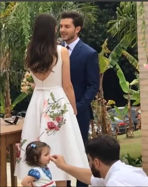A pequena daminha fazendo um show à parte durante o casamento de Camila Queiroz e Klebber Toledo