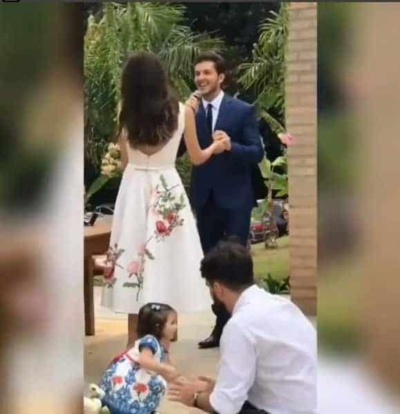 A daminha fofa do casamento dos atores Camila Queiroz e Klebber Toledo