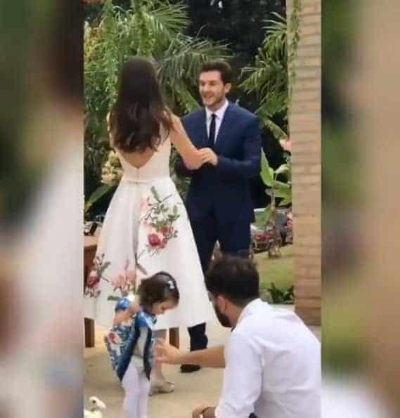 A daminha curtindo o casamento de Camila Queiroz e Klebber Toledo