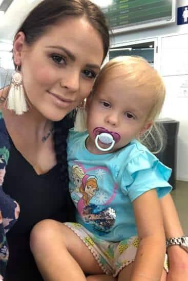 A pequena Lacei no colo de sua mãe Sarah