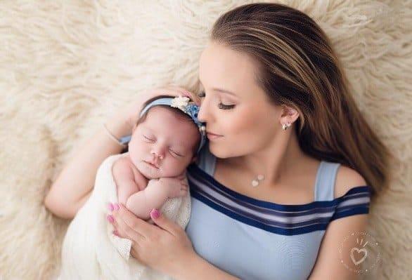 Confira a seguir o fofo ensaio newborn da afilhada de Larissa Manoela e inspire-se