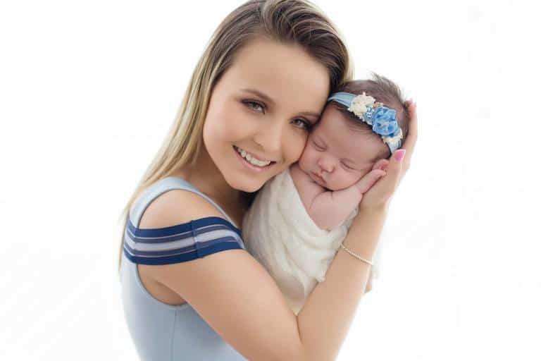 Larissa Manoela com Antonella em ensaio newborn