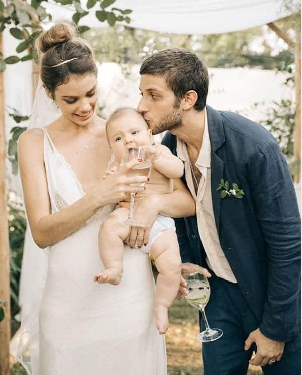 A atriz Laura Neiva e Chay Suede com a irmãzinha da atriz, a pequena Teresa