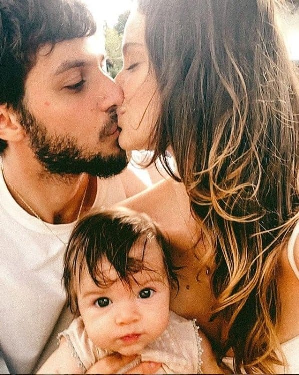 Laura Neiva com Chay Suede e a bebê do casal