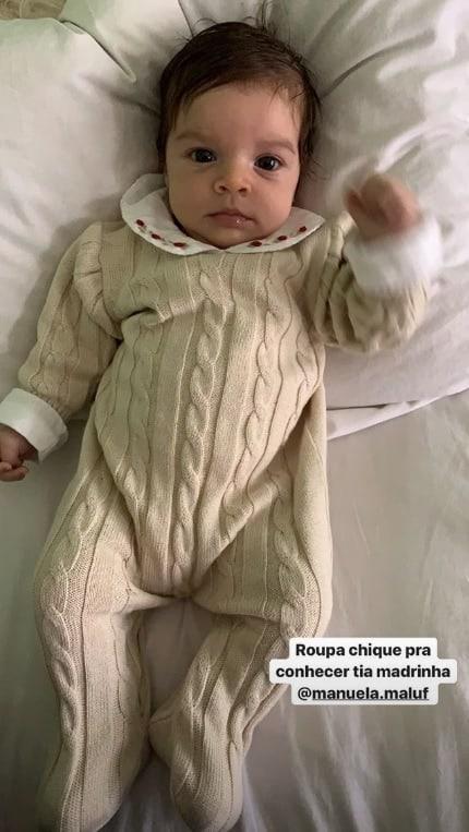Bebê de Chay Suede e Laura Neiva celebrando dois meses