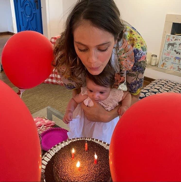 Laura Neiva celebrando os quatro meses de sua filha