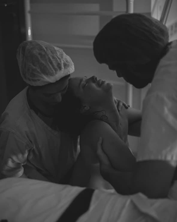 Laura Neiva tendo o apoio de Chay Suede no trabalho de parto