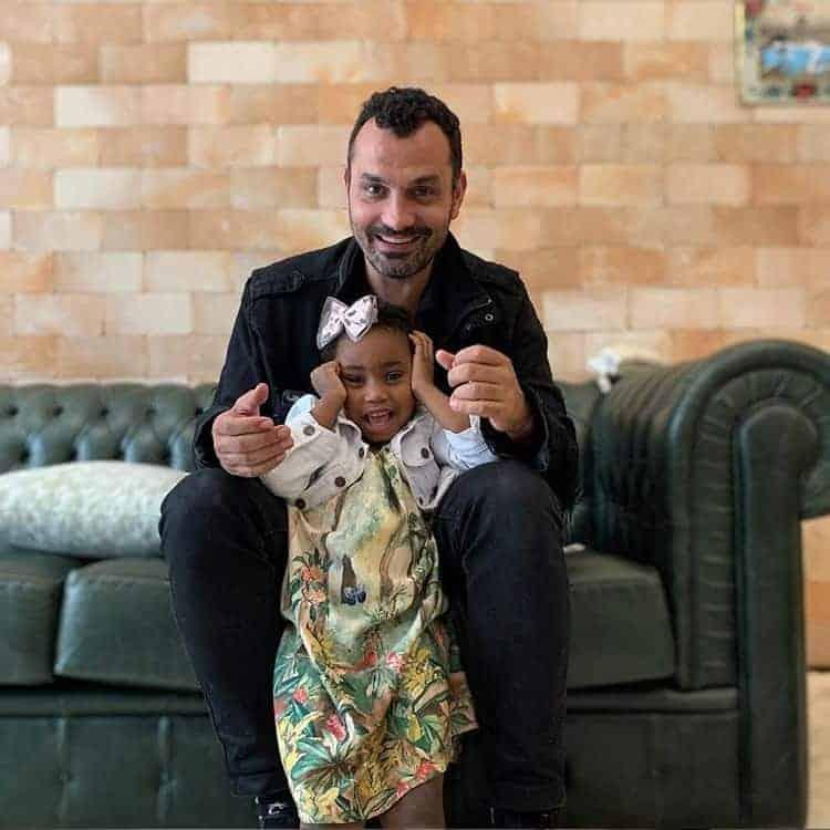 Nessa postagem a filha Júlia com o pai Alexandre Youssef