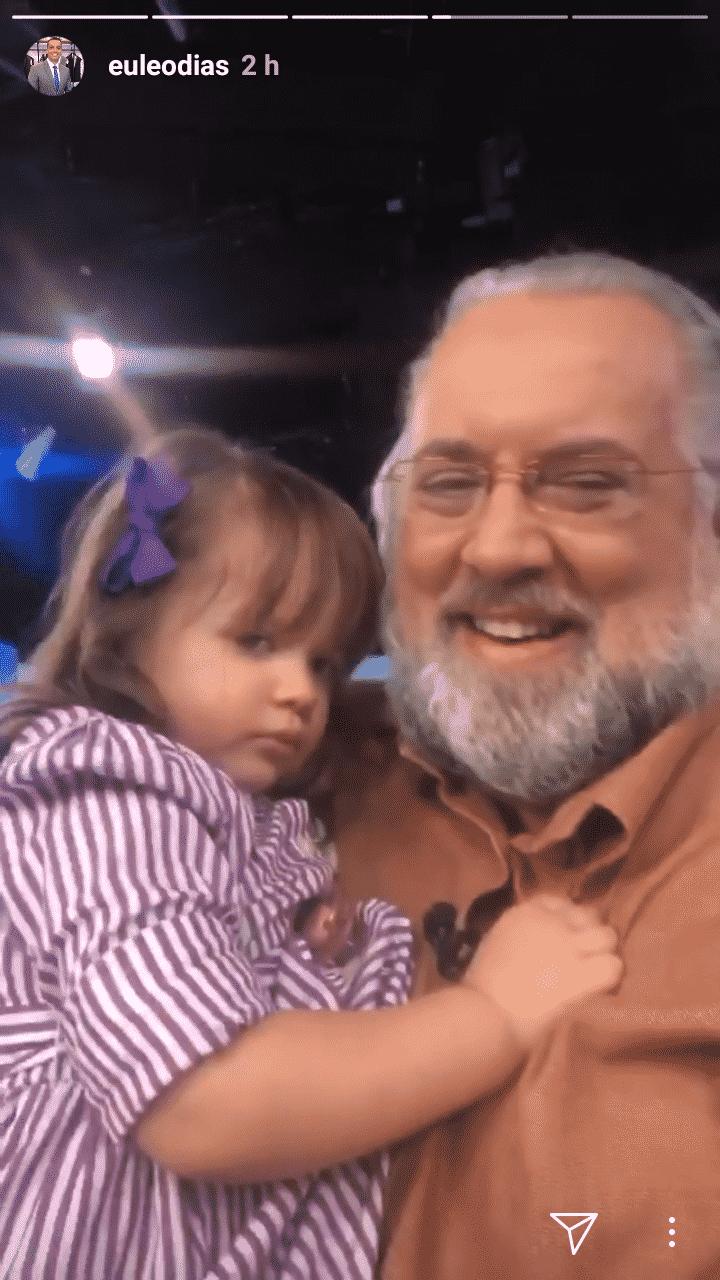 A pequena Laura com o vovô Leão Lobo