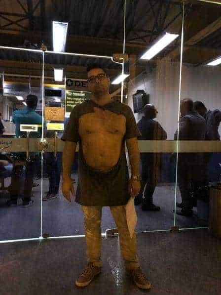 O pai de Letícia Almeida com as roupas rasgadas