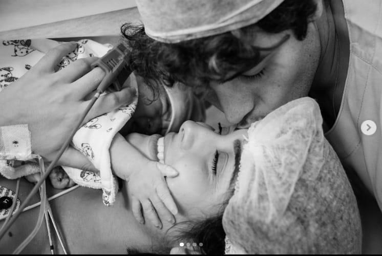 Letícia Almeida e Bruno Daltro com sua bebê recém-nascida