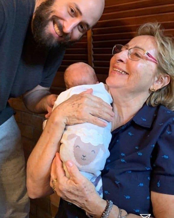 Bebê de Letícia Colin ao lado de sua avó e do tio