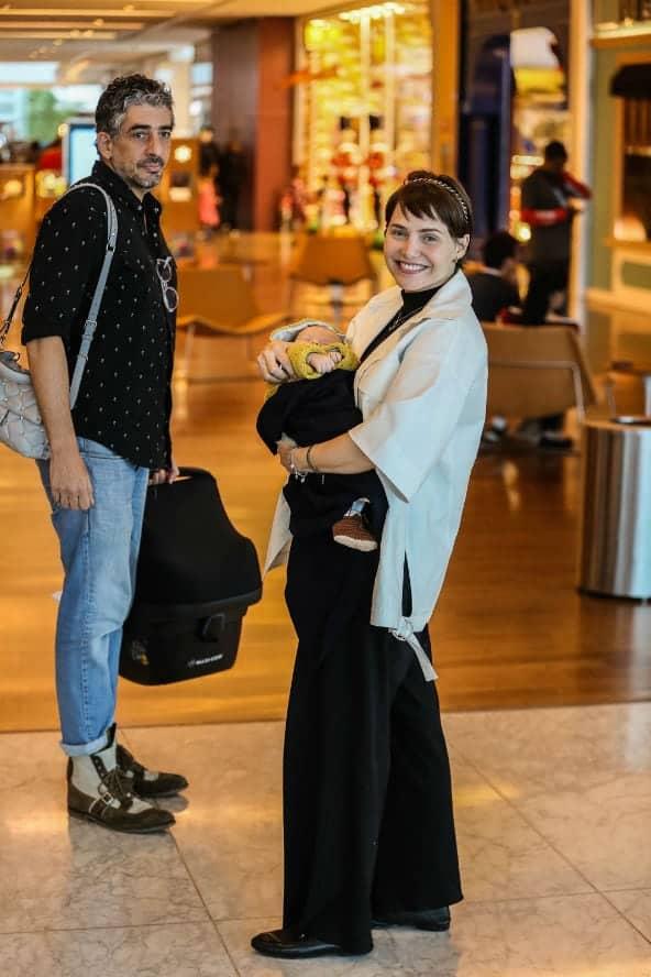 Letícia Colin e Michel Melamed passeando com seu bebê