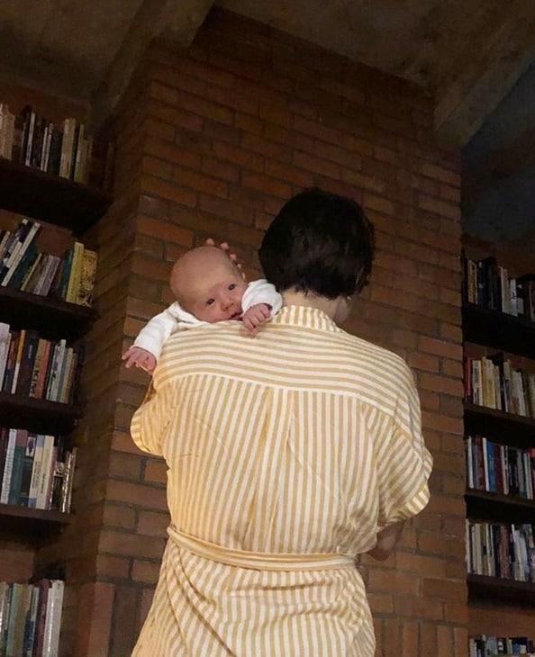 Letícia Colin mostrando o rosto de seu bebê
