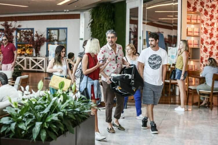 Letícia Colin e Tatá Werneck em passeio pelo shopping com a família