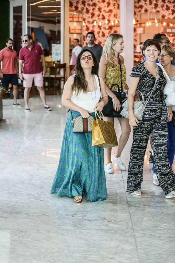 Letícia Colin e Tatá Werneck durante passeio pelo shopping