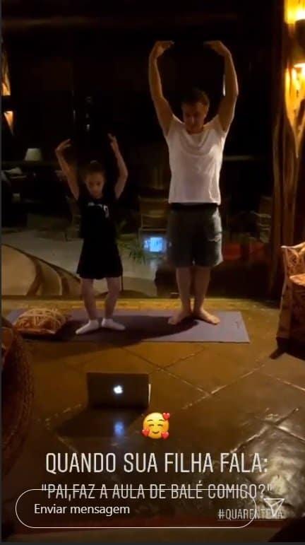 Luciano Huck na aula de balé com sua filha