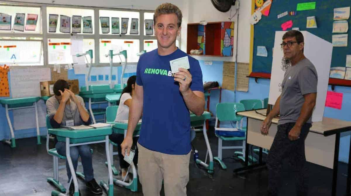 Luciano Huck votando