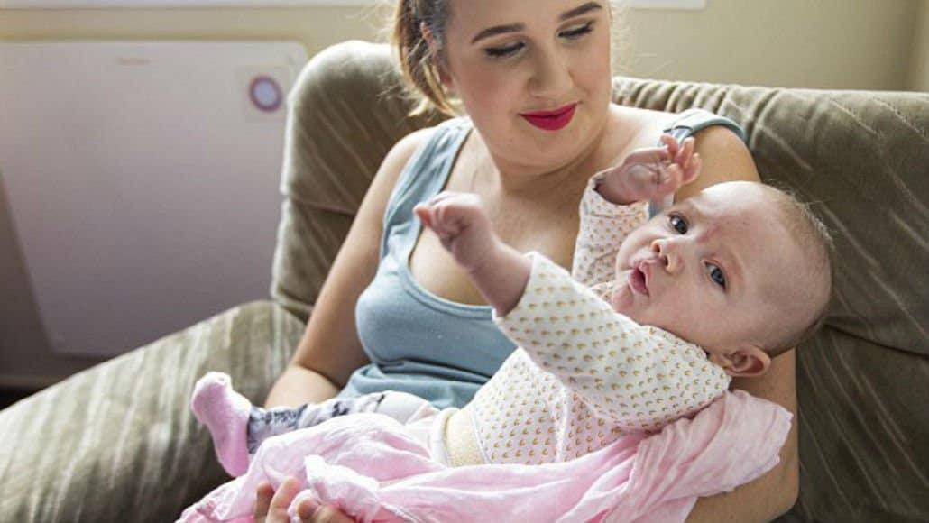 A mãe e a bebê, após o acidente
