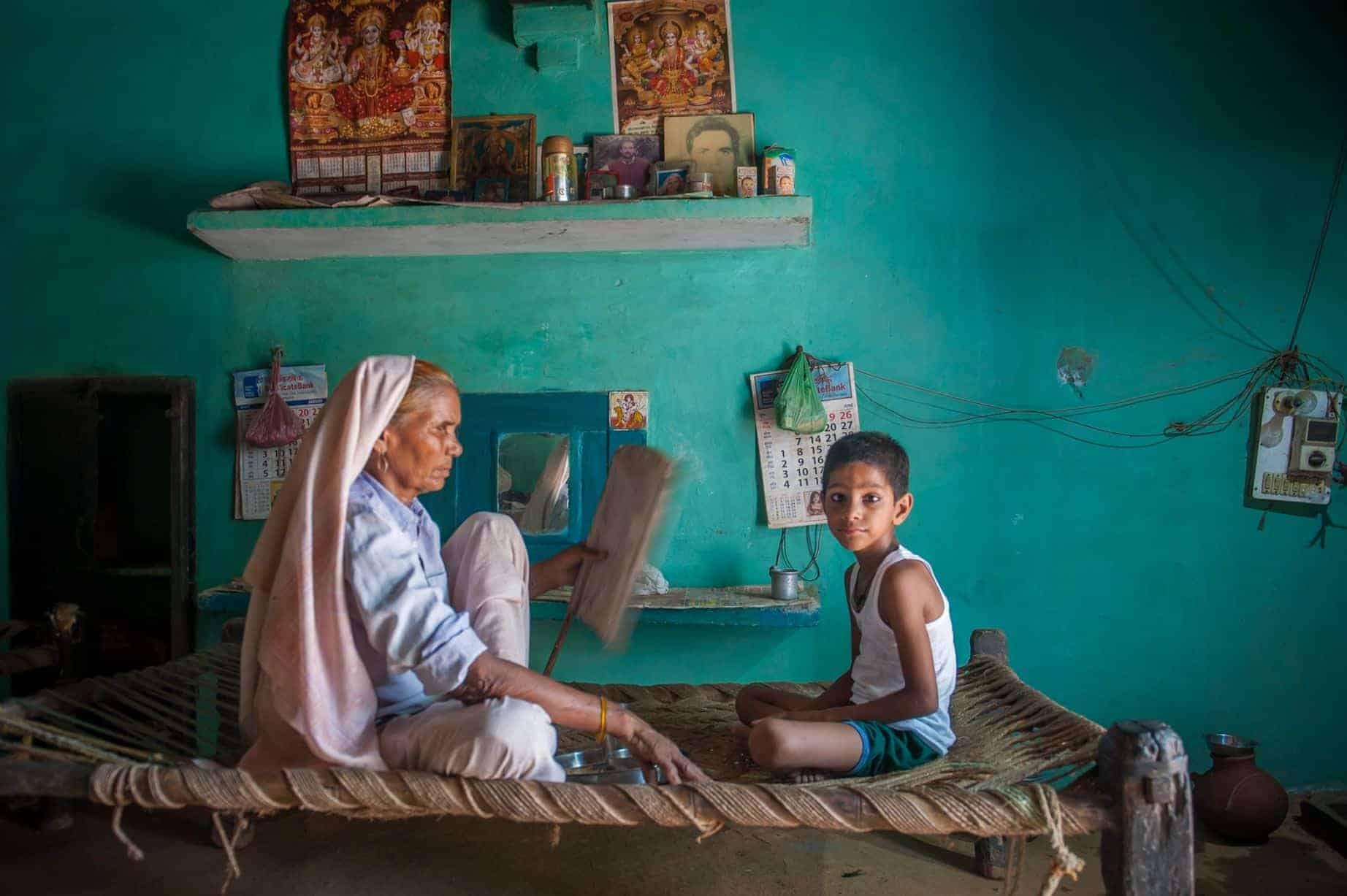 Omkari Singh com o filho, atualmente