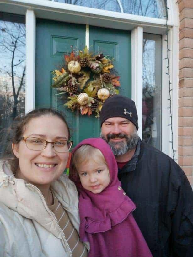 Mãe junto com sua filha adotiva e o esposo