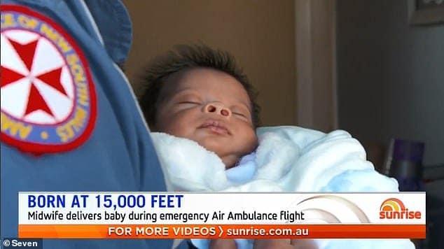 O menino recém-nascido que nasceu em um avião