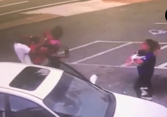 Estranha pegou o menino de três meses durante a briga