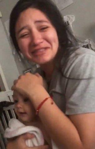 A mãe após ter visto que o namorado raspou cabelo de sua bebê