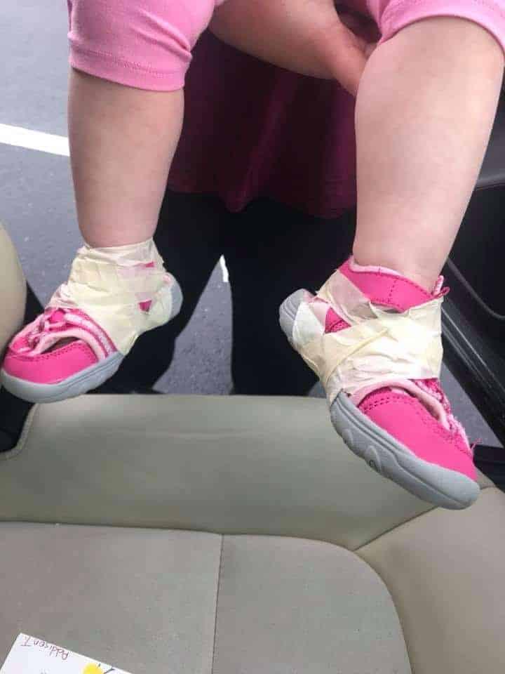A mãe encontrou a sua bebê com os pés assim