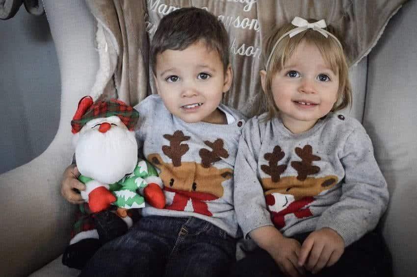 Ao adotar sua bebê a mãe ficou surpresa ao descobrir que ela era irmã biológica de seu outro filho