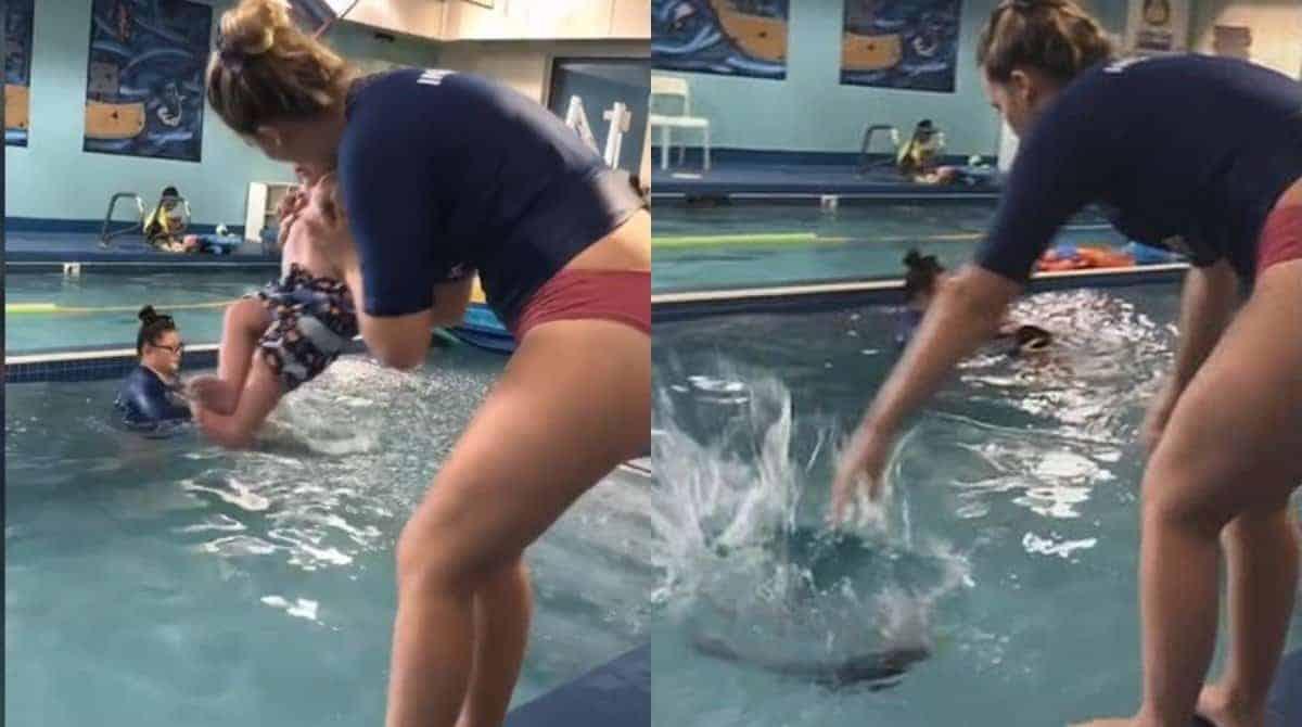 Professora jogando um bebê na piscina na aula de natação