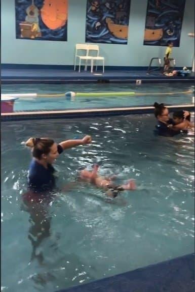 Bebê virando após ter sido jogado na piscina
