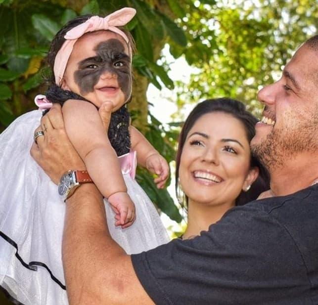 A mãe Carol e o pai Tiago com sua bebê antes de viajarem para a Rússia