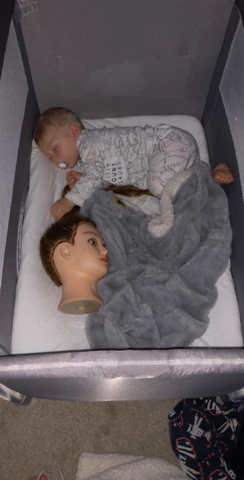 Mãe mostrou como o bebê tem dormido nos últimos dias